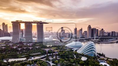 Fototapeta Powietrzny trutnia widok Singapur miasta linia horyzontu przy zmierzchem