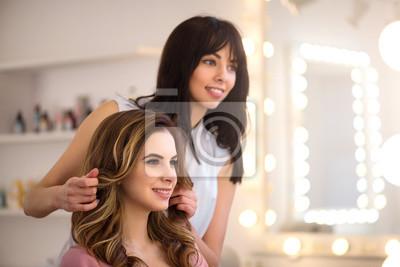 Fototapeta Pozytywna fryzjera pracy zawodowej na salonie