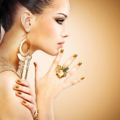 Fototapeta Profil Portret kobiety mody z pięknym złotym mani