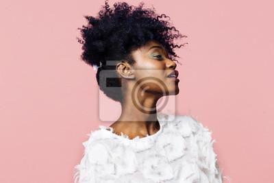 Fototapeta Profil portret pięknej młodej kobiety z kręconymi włosami, na białym tle na różowym tle