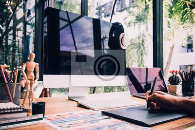 Fototapeta projektant graficzny rysunek szkice z tablet i laptopa projektowanie projektu projektanta, projektant graficzny koncepcja