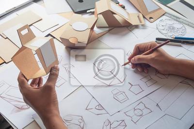 Fototapeta Projektant szkicowania rysunku projektu Brązowy karton karton produkt papierowy eco opakowania makieta szablon rozwoju szablon opakowania Etykieta. koncepcja studio projektanta.