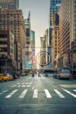 Fototapeta Przejście odchylenia widoku przejścia w nowojorskiej alei miasta, USA