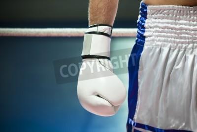 Fototapeta Przycięte widok człowieka z rękawice bokserskie. Kopiowanie miejsca