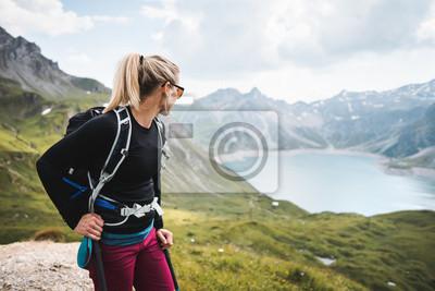 Fototapeta Przygód Sportive Girl piesze wycieczki nad jeziorem w pięknych górach alpejskich