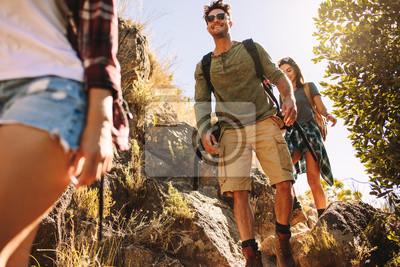 Fototapeta Przyjaciele wędrówki po skalistym szlaku górskim