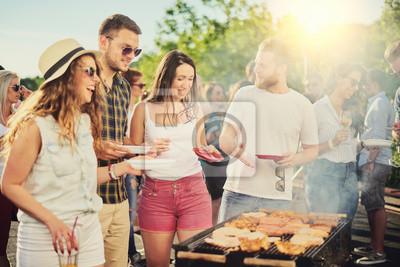 Fototapeta Przyjaciele z imprezami na świeżym powietrzu i jedzeniem grilla