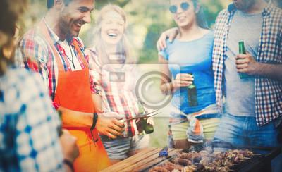 Fototapeta Przyjaciół o przyjęcie przy grillu w przyrodzie