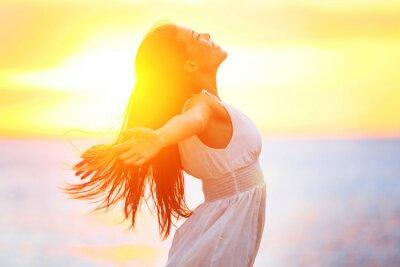 Fototapeta Przyjemność - wolne szczęśliwa kobieta korzystających słońca