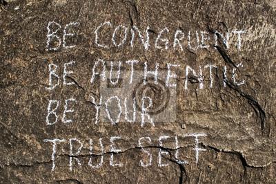 Fototapeta Przystający autentyczne twoje prawdziwe ja. Twórcza koncepcja motywacja jest napisane na kamieniu.