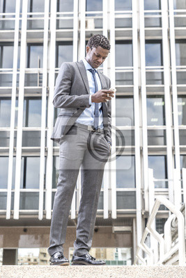Przystojny biznesmen afrykańskim amerykański czytanie e-mail na inteligentnego pho