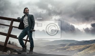 Fototapeta Przystojny ciemnowłosy mężczyzna w Restin powierzchni kraju