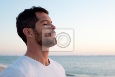 Fototapeta Przystojny mężczyzna głębokie oddychanie na plaży