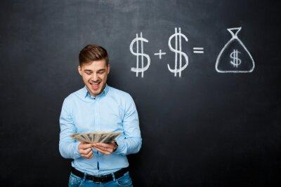 przystojny mężczyzna stojący na tablicy z poprowadzoną dolara koncepcji