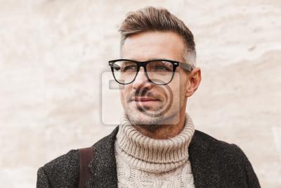 Fototapeta Przystojny mężczyzna w płaszczu chodzenia
