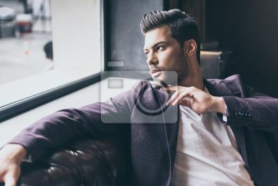 Fototapeta Przystojny mężczyzna z modnej fryzury