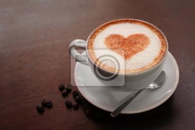 Puchar gorąca smaczna kawa na drewnianym stole, bliska widok