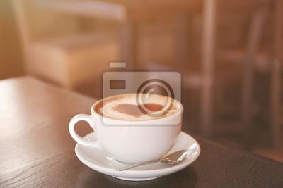 Puchar gorąca smaczna kawa na drewnianym stole w kawiarni, bliska widok