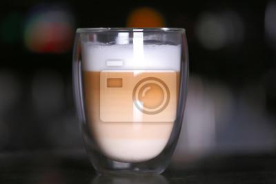 Puchar gorącej kawy w kawiarni