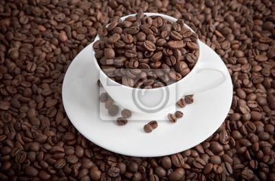 puchar pełen ziaren kawy