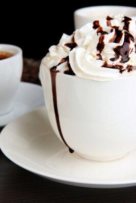 Fototapeta Puchar z bitą śmietaną kawa na drewnianym stole bliska