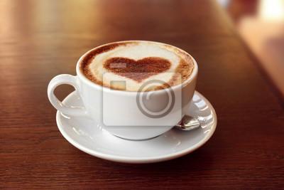 Puchar z gorąca smaczna kawa na drewnianym stole, z bliska widok