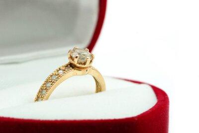 pudełko ze złotym pierścieniem