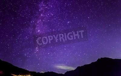 Fototapeta Purpurowe gwiazdy nocnego nieba. Mleczna droga w góry