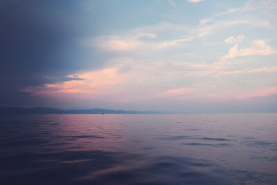 Purpurowy zmierzch nad morzem Barcelona