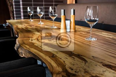 Fototapeta Puści win szkła na cegiełka stole w restauraci