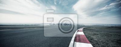 Fototapeta pusta autostrada przez nowoczesne miasto