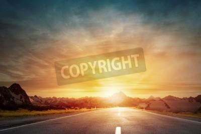 Fototapeta Pusta droga asfaltowa i słońce rośnie w panoramę