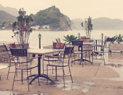 Fototapeta pusty street cafe na wybrzeżu