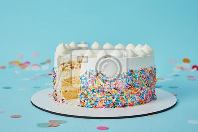 Fototapeta Pyszne ciasto cięte na niebieskim tle