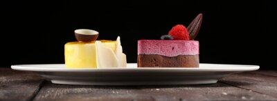 Fototapeta Pyszne ciasto malinowe ze świeżymi malinami, jagodami i ciastem cytrynowym. konfiturna kuchnia tortowa.