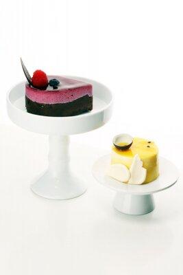 Pyszne ciasto malinowe ze świeżymi malinami, jagodami i ciastem cytrynowym. kuchnia z ciastami confiserie.