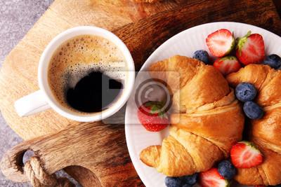 Pyszne śniadanie ze świeżymi rogalikami i dojrzałe jagody na starym marmurowym tle