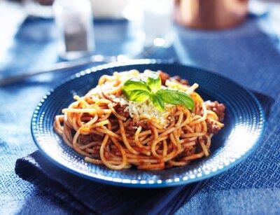Fototapeta pyszne spaghetti w sosie bolognese z bazylią dekoracji