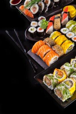 Fototapeta Pyszne sushi sztuk na czarnym tle