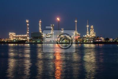 Rafineria ropy naftowej na zmierzchu, rzeka Chao Phraya, Tajlandia