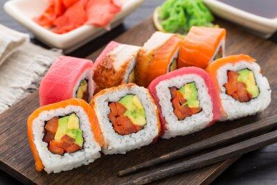 Fototapeta Rainbow Roll Sushi z łososia, tuńczyka i węgorza