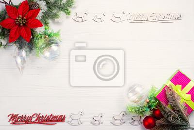 Fototapeta Rama z gałęzi sosny i ozdoby świąteczne na biały drewniany stół. Święta Bożego Narodzenia tło. Miejsce na tekst lub projekt. Widok z góry.