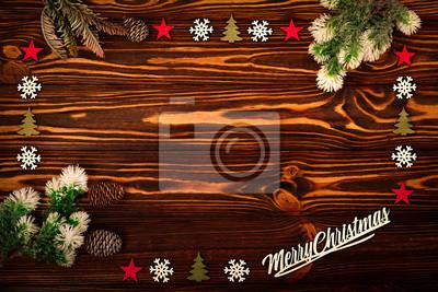 Fototapeta Rama z gałęzi sosny i ozdoby świąteczne na starym drewnianym stole. Święta Bożego Narodzenia tło. Miejsce na tekst lub projekt. Widok z góry.