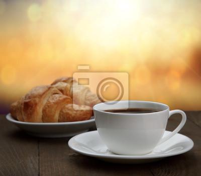 Rano śniadanie - kawa i rogalik w świcie