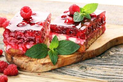 Raspberry Cake na wakacje z miętą i świeżymi pysznymi malinami.