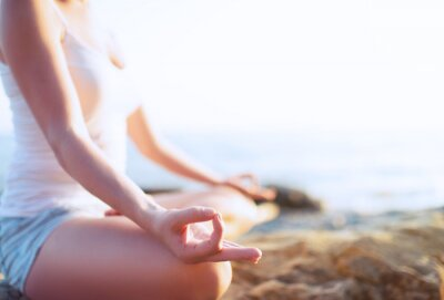 Fototapeta Ręka kobieta medytacji w jodze stanowią na plaży