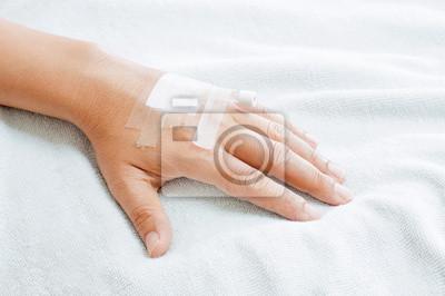 Ręka mężczyzny z kroplówki w szpitalu