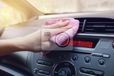 Fototapeta Ręka z ściereczka do polerowania samochodu.