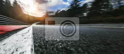 Fototapeta Rennstrecke bei Tag nach Regen