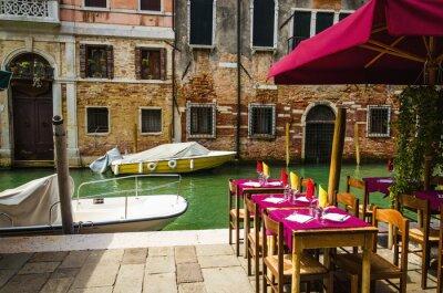 Fototapeta Restauracja na wenecki kanał wśród starych domów w Wenecji, Włochy.